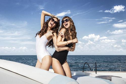 Un yacht, de jolies filles... Qui n'en rêve pas?